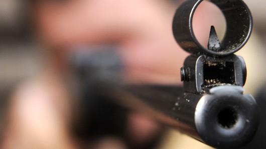 Beim Nachladen hatte sich ein Schuss aus der Waffe gelöst (Symbolbild).