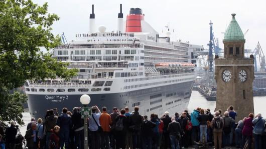 Das Kreuzfahrtschiff Queen Mary 2 wird am 17. Juni 2016 in Hamburg ausgedockt. Drei Wochen lang lag das Schiff für Modernisierungs- und Reparaturarbeiten im Dock.
