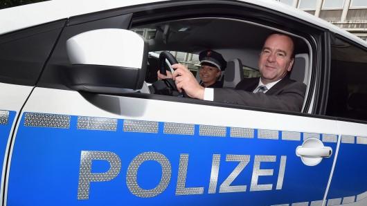 Niedersachsens Innenminister Boris Pistorius (SPD) sitzt in einem E-Auto der Polizei (Archivbild).