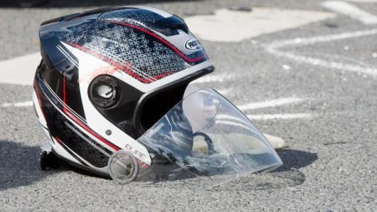 Bei dem Unfall in Wolfsburg wurden beide Fahrer verletzt und mussten ins Krankenhaus gebracht werden. (Symbolbild)