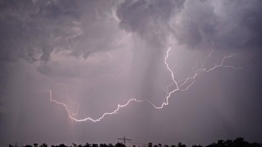 Der Blitz war auf dem Gelände der Zuckerfabrik in Clauen eingeschlagen (Symbolbild).