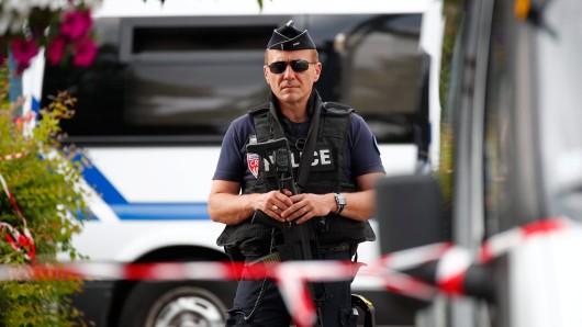 Ein Polizist sichert den Tatort ab.
