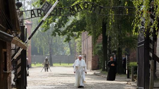 Papst Franziskus besucht das Vernichtungslager der Nazis in Auschwitz-Birkenau.