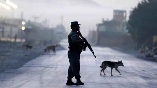 Ein Polizist sichert eine Straße in Kabul.