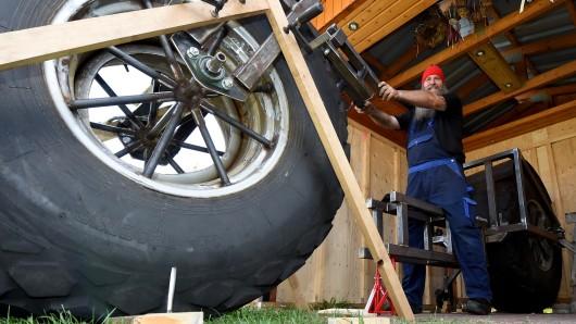 Der 49 Jahre alte LKW-Fahrer werkelt zur Zeit an seinem 1,2 Tonnen schweren Fahrrad.