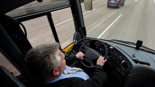 Ein 58-jährigen Busfahrer ist am Steuer ohnmächtig geworden - nur dank eines Lehrers ist nichts Schlimmeres passiert (Symbolbild).