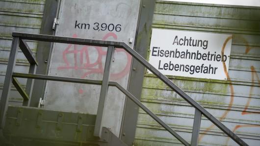 Nicht nur der Zugverkehr ist lebensgefährlich - auch der Strom an der Bahnstrecke (Archivbild).