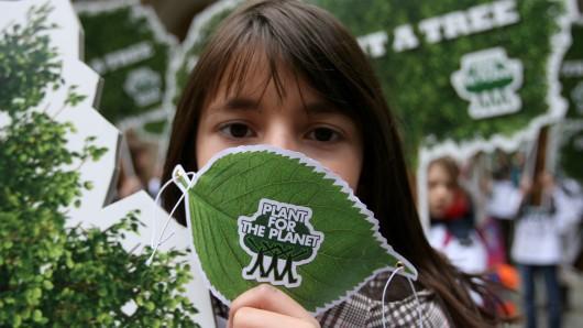 Ein Mädchen setzt sich für die Umwelt ein. (Symbolbild)