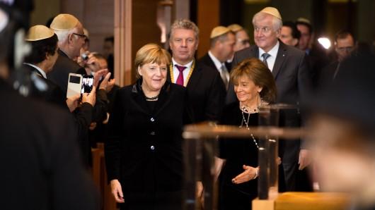 Bundeskanzlerin Angela Merkel (CDU), Münchens Oberbürgermeister Dieter Reiter (SPD), Charlotte Knobloch, Präsidentin der Israelitischen Kultusgemeinde München und Oberbayern, und der bayerische Ministerpräsident Horst Seehofer (CSU) kommen zur Verleihung der Ohel-Jakob-Medaille in der Münchner Hauptsynagoge Ohel Jakob in München.