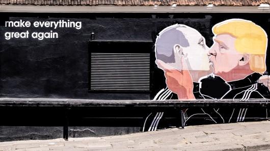 Ein Gemälde an der Wand eines Restaurants in Litauen zeigt Putin und Trump bei einem Kuss. (undatierte Aufnahme)