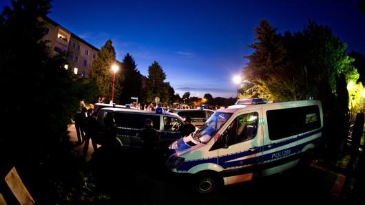 Die Polizei sichert eine Unterbringung von Asylbewerbern in Freital ab. (Archivbild)