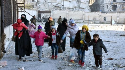 Frauen und Kinder im völlig zerstörten Aleppo.