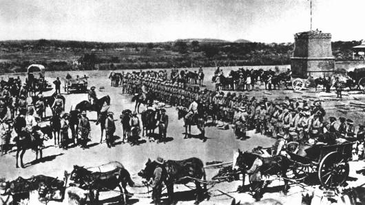 Vor dem Abmarsch in den Kampf gegen die aufständischen Hereros in Deutsch-Südwestafrika wird die 2. Marine-Feldkompanie eingesegnet. (Archivfoto von 1904)