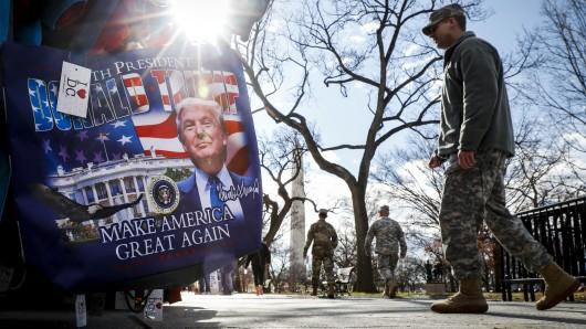 US-Militärs gehen in Washington an einem Trump-Plakat vorbei. (Archivbild)