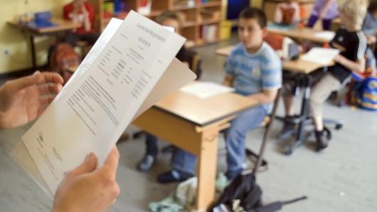 Am Mittwoch ist es wieder soweit: Dann erhalten die Schülerinnen und Schüler an niedersächsischen Schulen ihre Zeugnisse für das erste Halbjahr. (Archivbild)