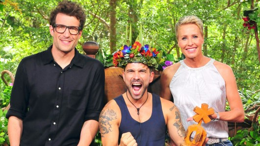 """Dschungelkönig 2017 der RTL-Show """"Ich bin ein Star - Holt mich hier raus!"""": Marc Terenzi (M) mit Sonja Zietlow und Daniel Hartwich (l) am 29. Januar in Coolangatta, Australien."""