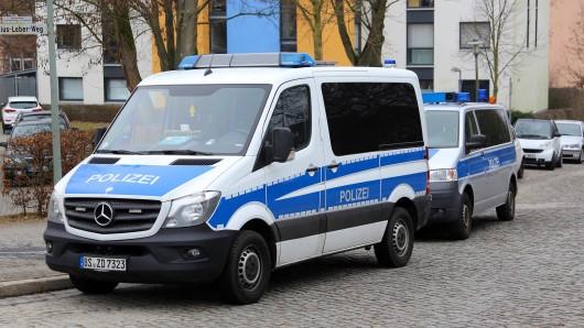 Polizeiautos nach der Razzia in Göttingen.