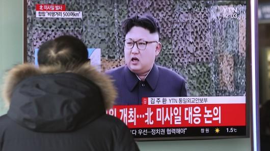Ein Mann schaut in Seoul auf einen Fernseher, auf dem ein Archivbild des Nordkoreanischen Machthabers Kim Jong Un zu sehen ist.