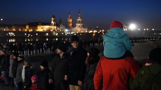 Mit einer Menschenkette wird in Dresden der Zerstörung der Stadt im Zweiten Weltkrieg gedacht.