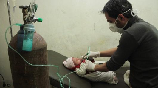 Ein Archivfoto zeigt die Behandlung eines Babys mit akuter Atemnot in einem Feldhospital in Aleppo, Syrien.
