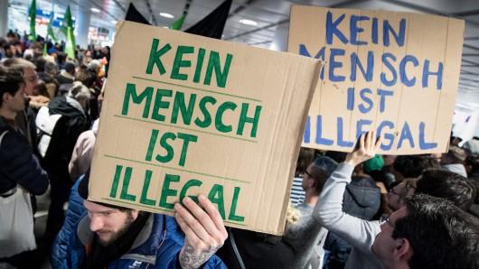 Menschen protestieren gegen die Sammelabschiebung.