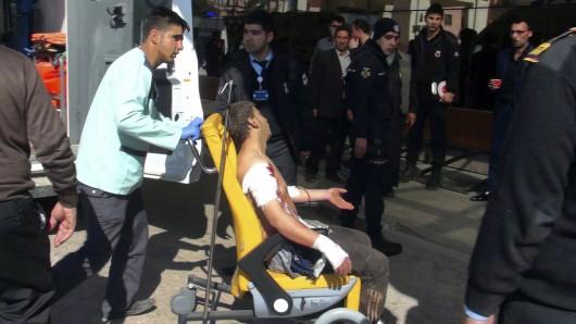 Ein Helfer bringt einen verletzten Mann in ein türkisches Krankenhaus. Der Mann wurde bei einem Anschlag im syrischen Al-Bab verwundet.