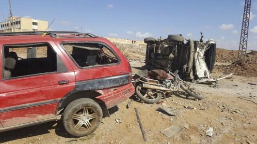 Beschädigte Autos stehen am Ort des Bombenschlags bei Al-Bab in Syrien.