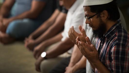 Gläubige Moslems in einer Ditib-Moschee beim traditionellen Freitagsgebet. (Archivbild)