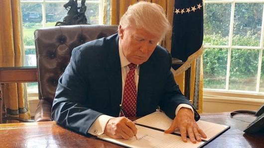 US-Präsident Donald Trump unterzeichnet ein neues Dekret. (Archivbild)