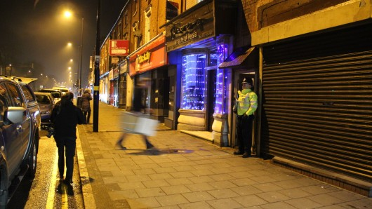 Ein Polizist steht in Birmingham vor einem Wohnhaus. Hat der London-Attentäter hier gelebt?