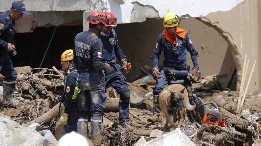 Rettungskräfte suchen in Mocoa nach Überlebenden.