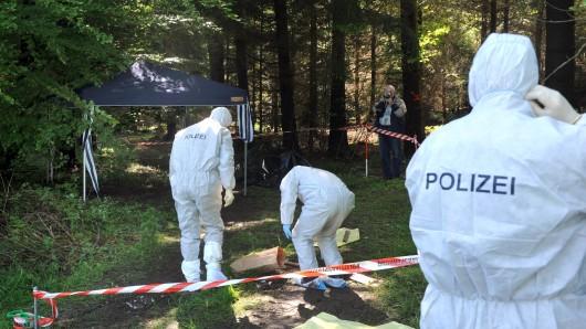 Ermittler untersuchen den Fundort der Leiche von Maria Bögerl. (Archivbild)