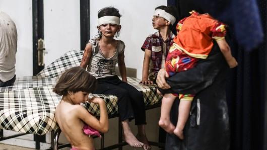 Syrische Kinder, die einen Luftangriff verletzt überlebt haben. (Archivbild)