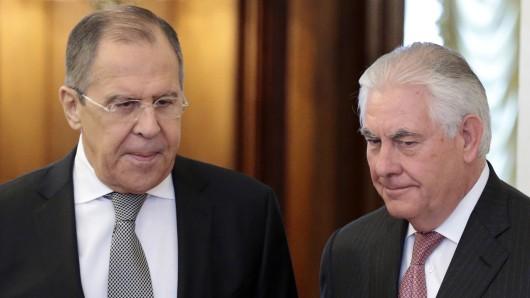 Russlands Außenminister Sergej Lawrow (links) mit seinem US-Amtskollegen Rex Tillerson.