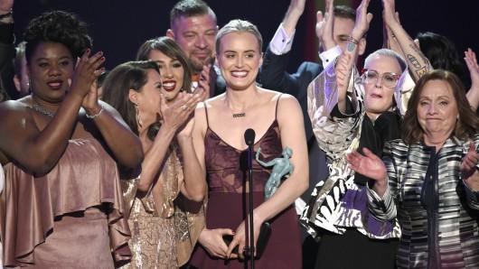 Taylor Schilling (Mitte) und andere Crewmitglieder bei einer Auszeichnung für ihre Serie Orange Is The New Black. (Archivbild)