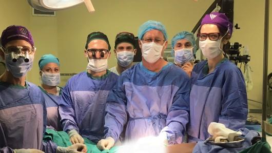 Einem Ärzteteam der Universität Stellenbosch in Südafrika und dem Tygerberg Academic Hospital gelang es kürzlich, einen Penis zu transplantieren. Nach der Penis-Transplantation soll eine Tätowierung die Hautfarbe des Genitals farblich an die des Patienten anpassen.