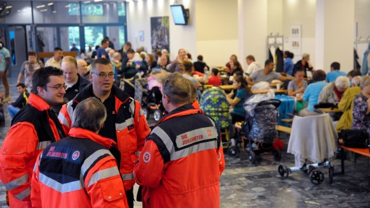 Menschen warten während einer Bombenentschärfung in Hannover. (Archivbild)