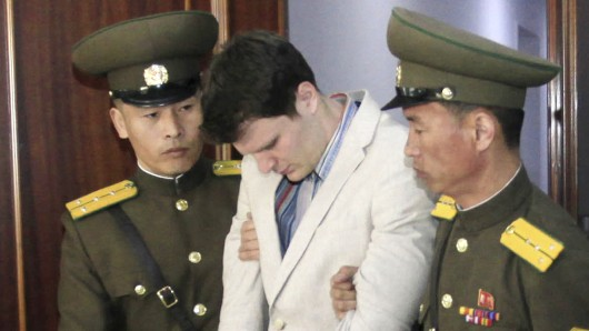Der US-Bürger Otto Warmbier wird am 16.03.2016 in einem Gericht in Pjöngjang (Nordkorea) von zwei nordkoreanischen Polizisten eskortiert. (Archivbild)