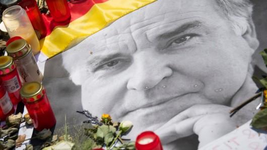 Blumen und Kerzen liegen vor dem Wohnhaus des verstorbenen Altkanzlers Helmut Kohl in Ludwigshafen-Oggersheim.