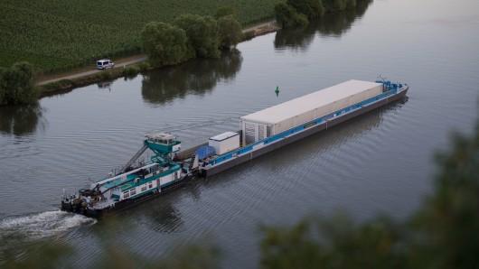 Das Schiff ist auf dem Weg zum stillgelegten Atomkraftwerk Obrigheim.