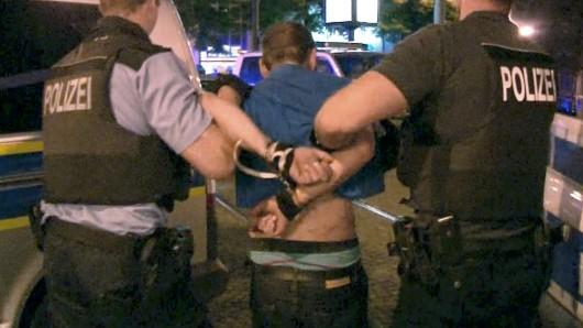 An den Auseinandersetzungen in der Nacht auf Samstag seien etwa 150 teils stark alkoholisierte und aggressive Personen beteiligt gewesen, darunter zahlreiche Fußball-Hooligans, teilte die Polizei mit.