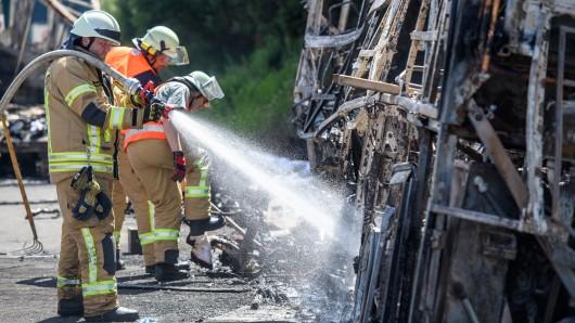 Sie konnten 18 Menschen nicht mehr retten: Feuerwehrmänner am Unglücksort.