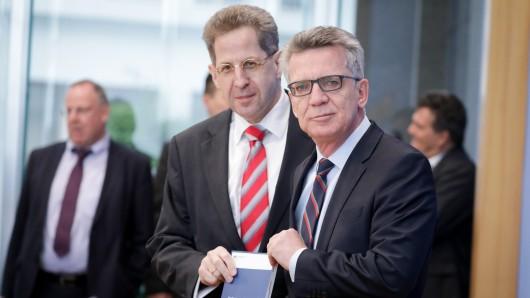 Bundesinnenminister Thomas de Maizière (rechts, CDU) und Verfassungsschutzpräsident Hans-Georg Maaßen präsentieren den Verfassungsschutzbericht.
