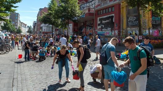 Hamburg räumt auf - ein Facebook-Aufruf mobilisiert tausende Menschen.