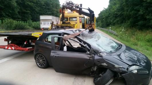 Ein Abschlepper kümmert sich um den zerstörten Wagen.