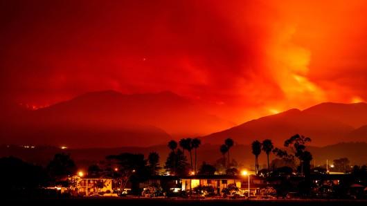 Ein Flächenbrand, das sogenannte Whittier-Feuer, breitet sich bei Golate, Kalifornien, USA, über den Hügeln nördlich der Stadt aus.