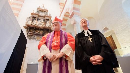 Kardinal Reinhard Marx (links), Vorsitzender der Deutschen Bischofskonferenz, und Heinrich Bedford-Strohm, Ratsvorsitzender der Evangelischen Kirche in Deutschland stehen in der St. Michaeliskirche in Hildesheim. (Archivbild)