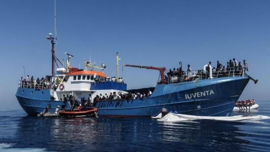 Die Besatzung der Iuventa rettet Menschen aus dem Mittelmeer. (Archivbild)