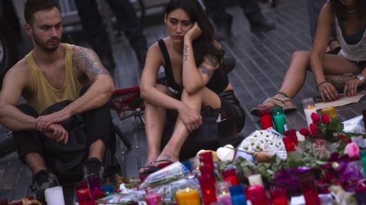 Menschen trauern um die Opfer des Terroranschlags.