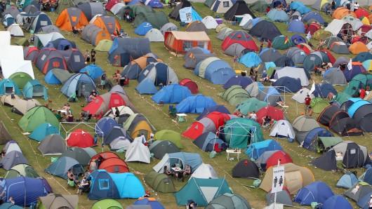 Zelte auf einem Festivalgelände. (Archivbild)